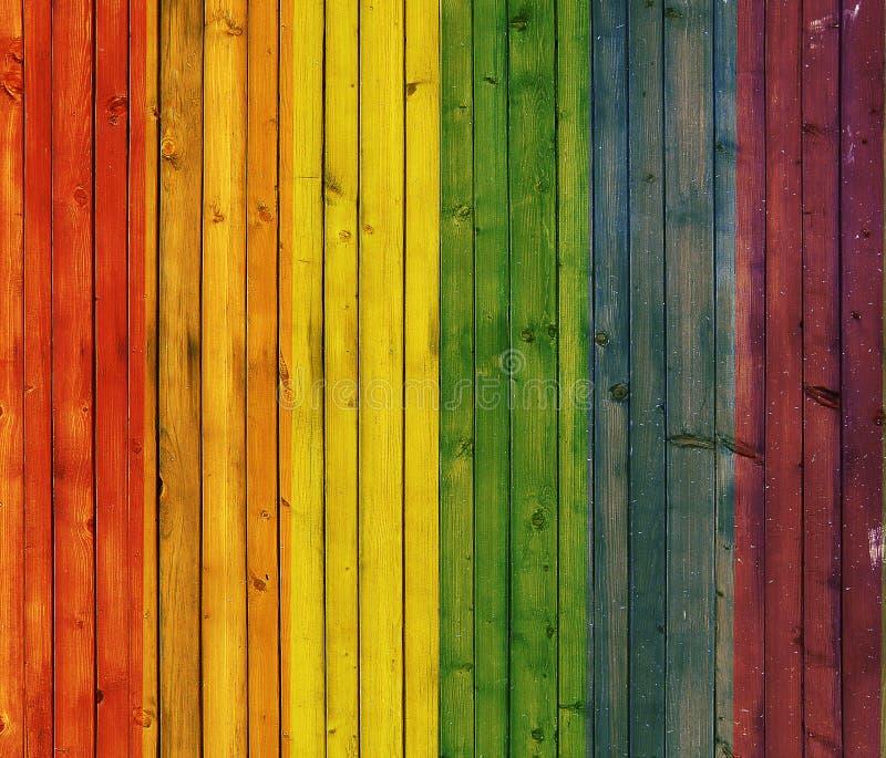 El panel de madera del fondo del arco iris imágenes de archivo libres de regalías