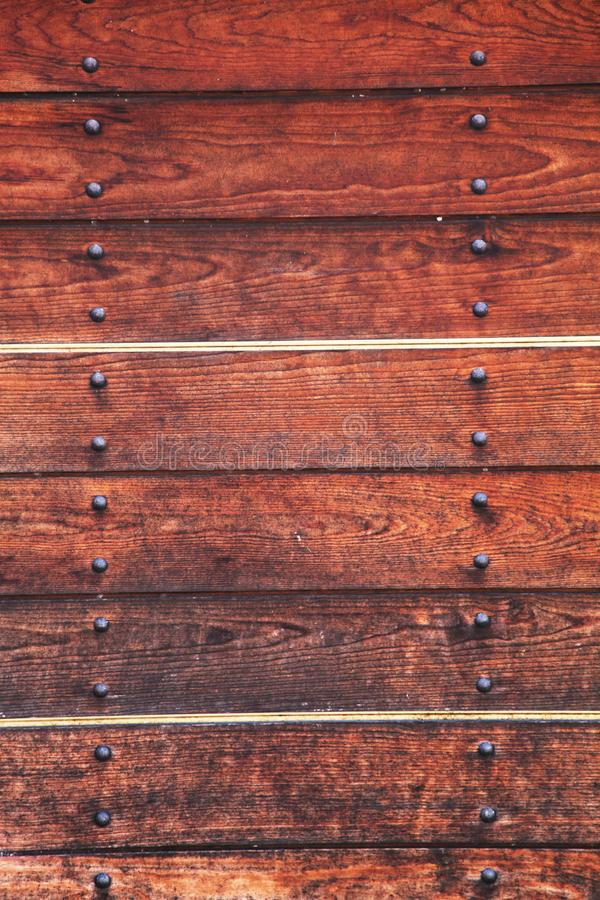 El panel de madera viejo con los remaches metálicos fotos de archivo libres de regalías