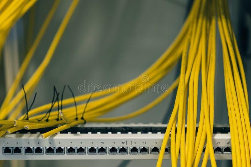 El panel de remiendo con los cables, transferencia, despliegue de red de datos fotografía de archivo