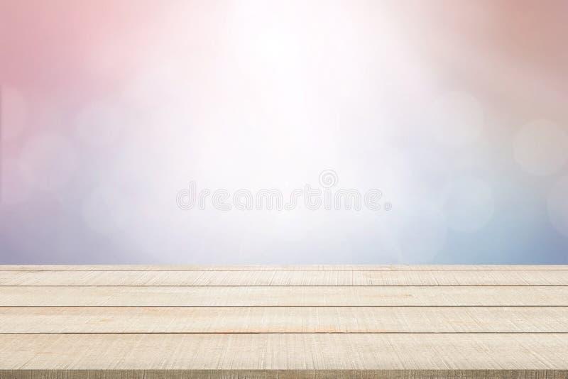 El panel de sobremesa de madera en fondo en colores pastel fotos de archivo libres de regalías
