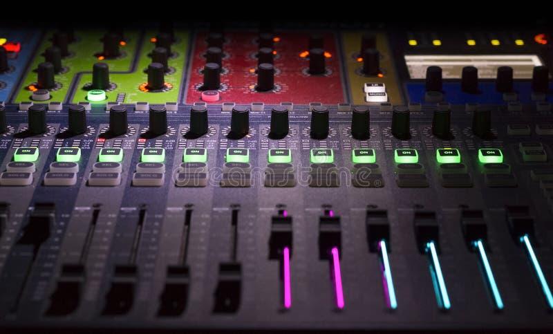 El panel del mezclador de DJ fotos de archivo libres de regalías