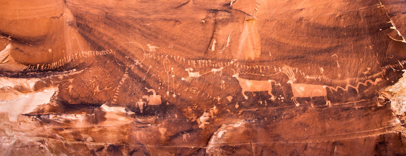 El panel del petroglifo de la procesión imagenes de archivo