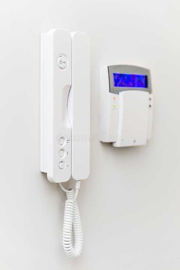 El panel del sistema de seguridad con la pantalla azul imagenes de archivo
