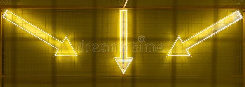 El panel diplay llevado de la matriz de puntos con el s?mbolo iluminado de la flecha foto de archivo libre de regalías