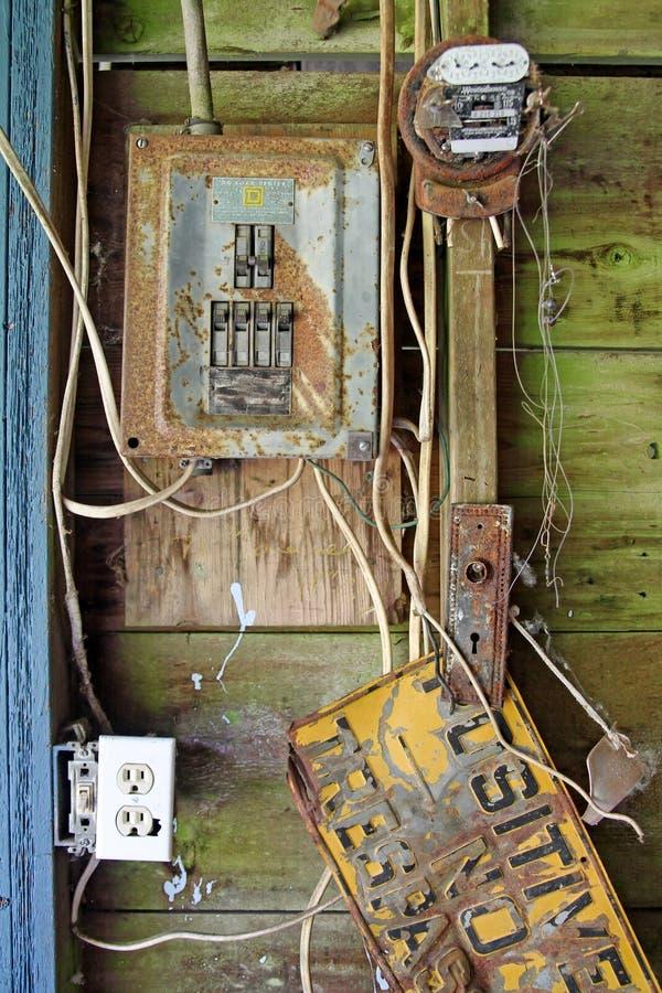 El panel eléctrico aherrumbrado imagen de archivo