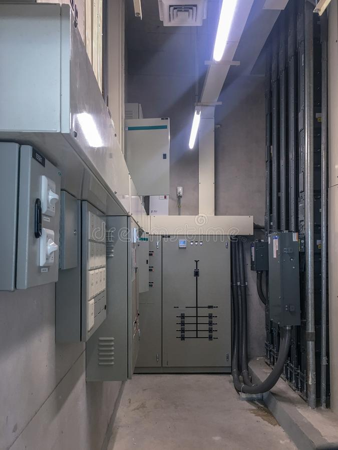 El panel eléctrico en el sitio eléctrico para el control y distribuir el sistema eléctrico en el edificio fotografía de archivo libre de regalías