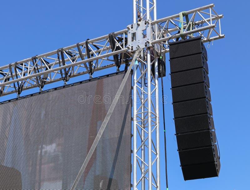 El panel grande y altavoces del LED en el polo fotografía de archivo libre de regalías