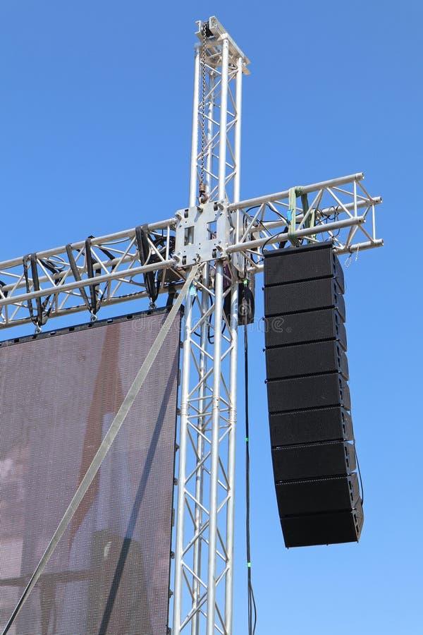 El panel grande y altavoces del LED en el polo foto de archivo