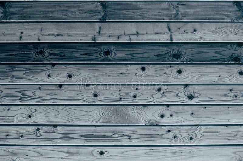 El panel hecho de la madera texturizada para el fondo del color natural, pintado en blue_ oscuro fotos de archivo