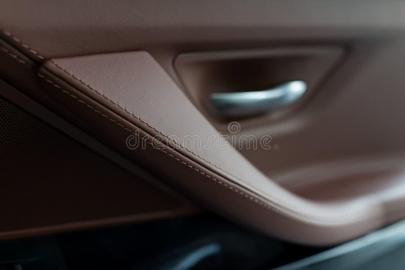 El panel interior de la puerta de coche fotos de archivo libres de regalías