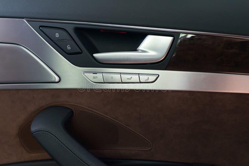 El panel interior de la puerta de coche imagen de archivo