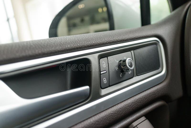 El panel interior de la puerta de coche foto de archivo libre de regalías