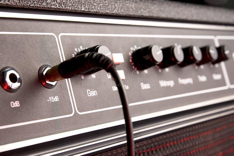 El panel musical negro del amplificador de la guitarra con el gato imagen de archivo libre de regalías
