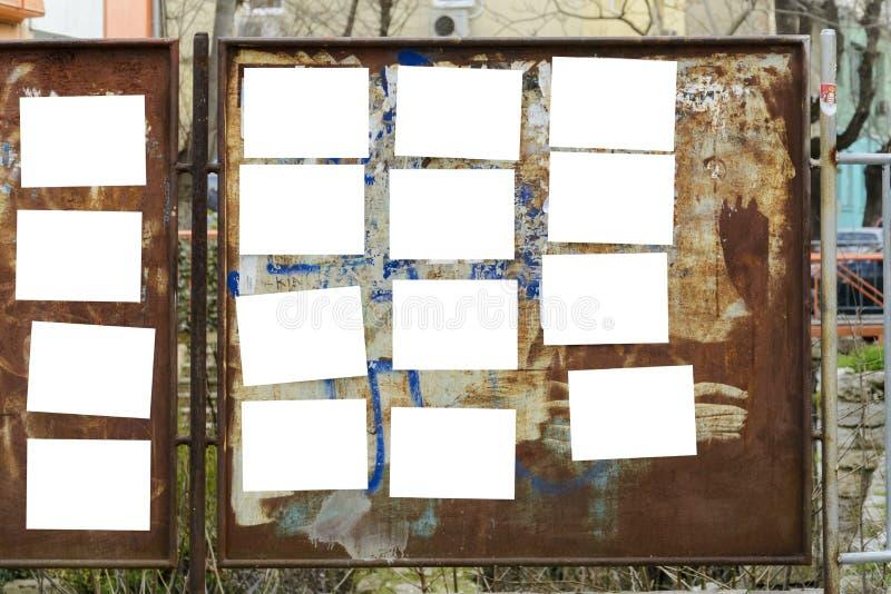 El panel oxidado viejo con la etiqueta engomada en blanco en ella para su texto fotos de archivo libres de regalías