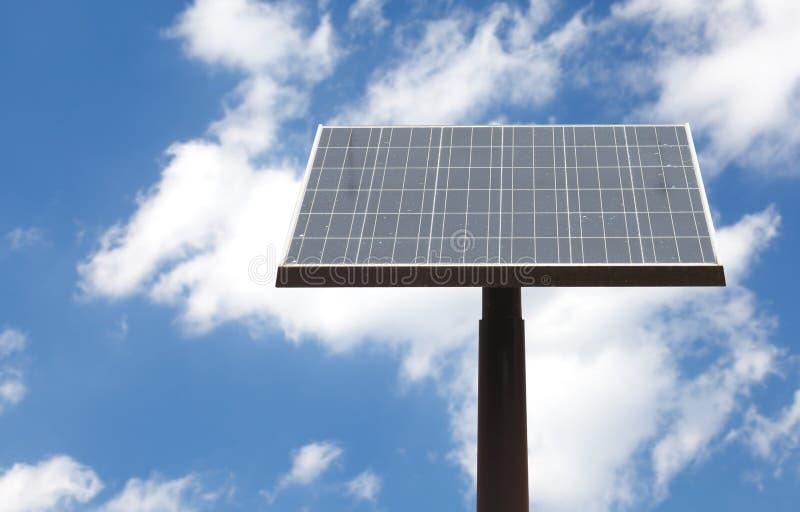 El panel solar de la calle y cielo azul fotografía de archivo libre de regalías
