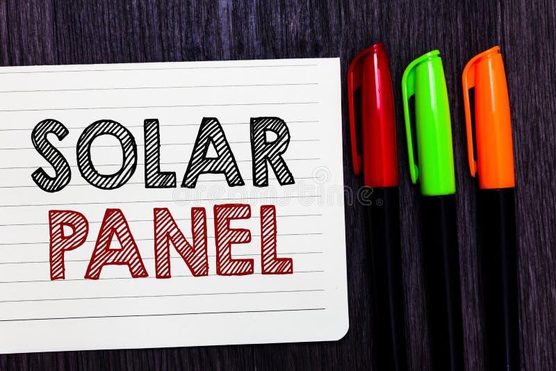 El panel solar del texto de la escritura de la palabra Concepto del negocio para que diseñado absorba fuente de los rayos de los  fotografía de archivo libre de regalías