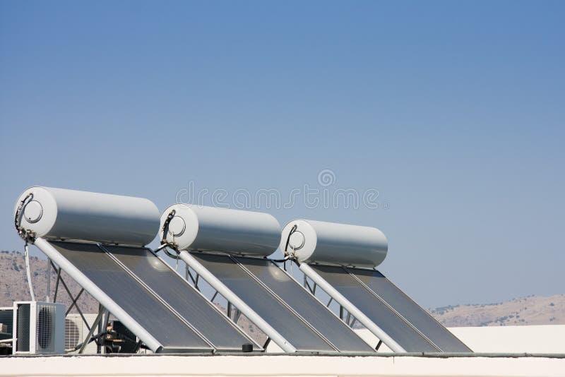 El panel solar en la azotea de la casa imagenes de archivo