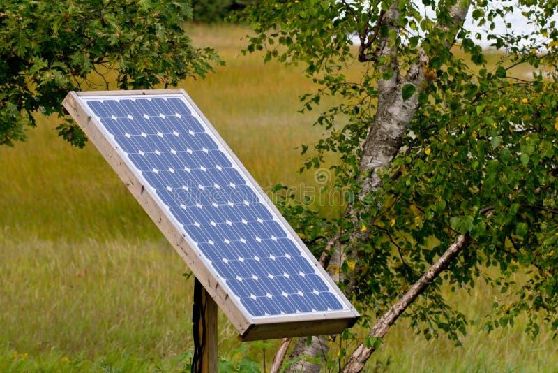 El panel solar en la configuración natural foto de archivo