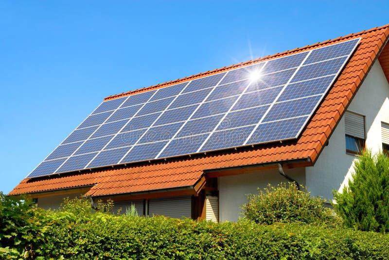 El panel solar en una azotea roja foto de archivo libre de regalías