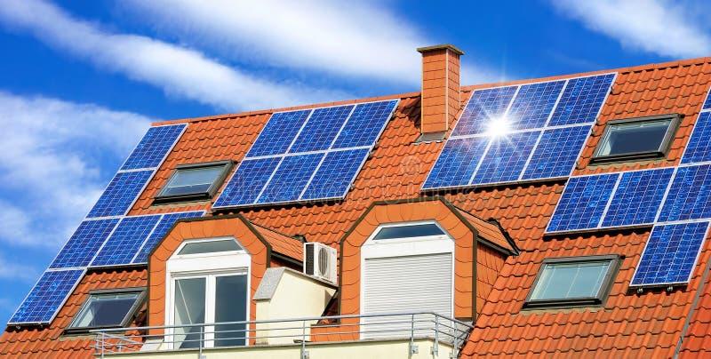 El panel solar en una azotea roja imagen de archivo libre de regalías