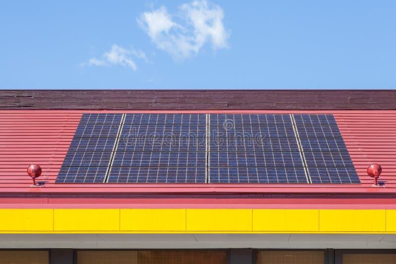 El panel solar en una azotea roja fotografía de archivo libre de regalías