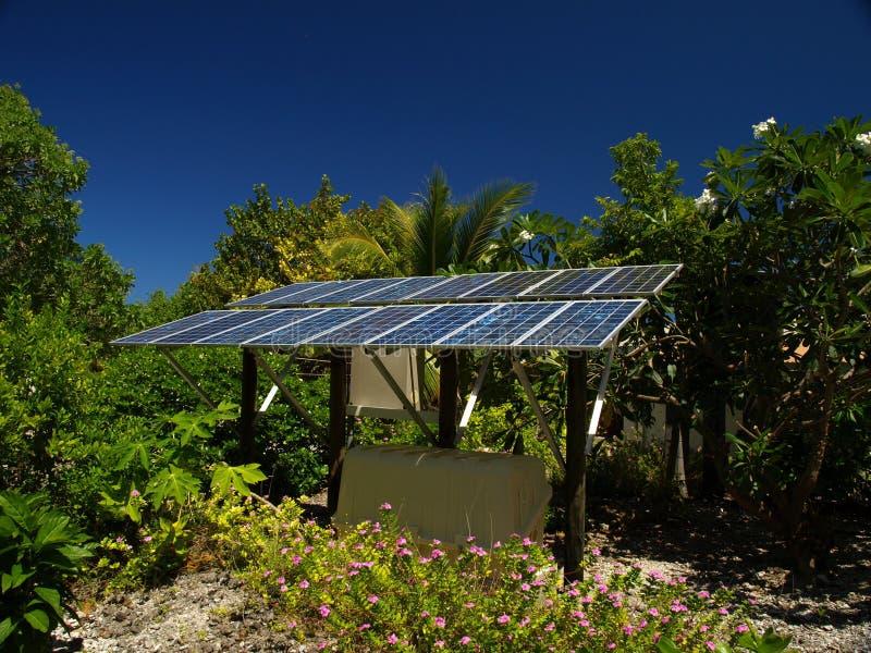 El panel solar en una isla tropical imágenes de archivo libres de regalías