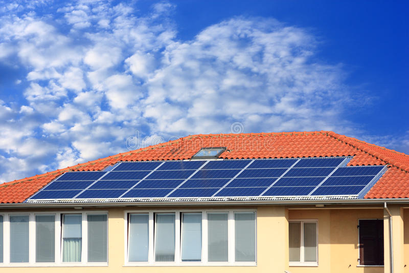 El panel solar fotovoltaico en la azotea foto de archivo libre de regalías