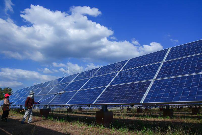 El panel solar, fuente alternativa de la electricidad - concepto de recursos sostenibles, éste los sistemas de seguimiento del so imágenes de archivo libres de regalías