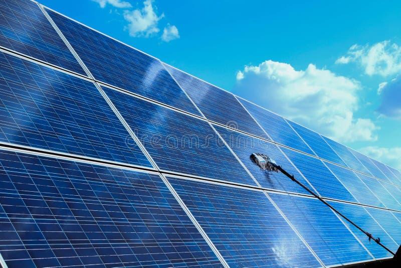El panel solar, fuente alternativa de la electricidad - concepto de recursos sostenibles, éste los sistemas de seguimiento del so imagenes de archivo