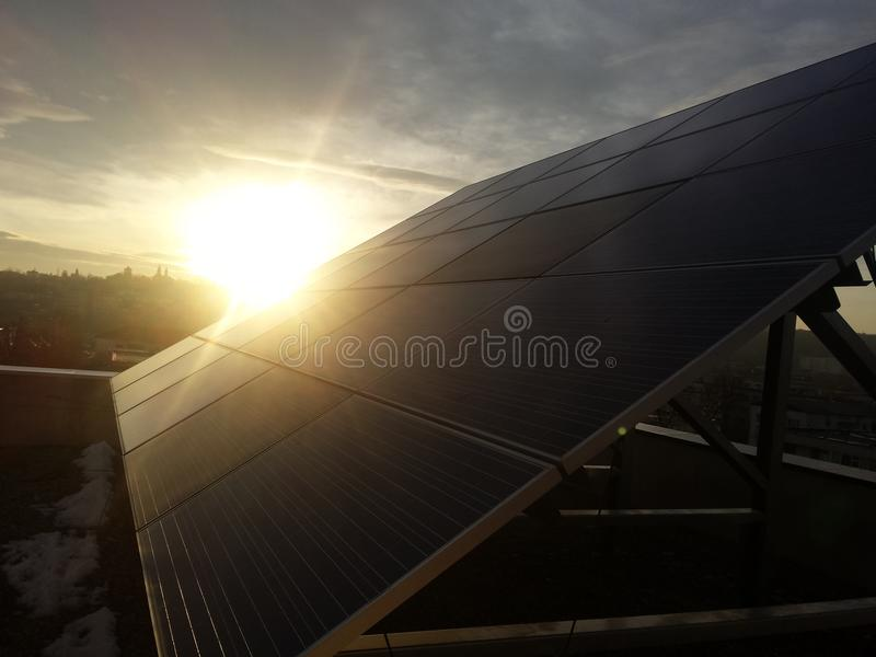 El panel solar, opinión de la puesta del sol, energía verde foto de archivo libre de regalías