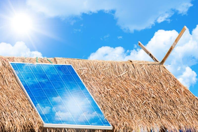 El panel solar para dar poder de la electricidad a los pueblos rurales imagen de archivo libre de regalías