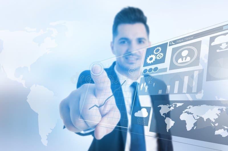 El panel virtual conmovedor del hombre de negocios acertado con los infographs imagenes de archivo