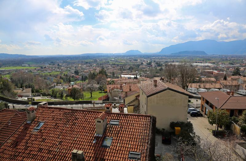 El panorama de la ciudad llamó GEMONA DEL FRIULI en Italia imagen de archivo libre de regalías