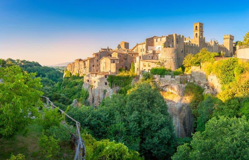 El panorama de la ciudad medieval de Viturchiano localizó al borde del acantilado foto de archivo libre de regalías