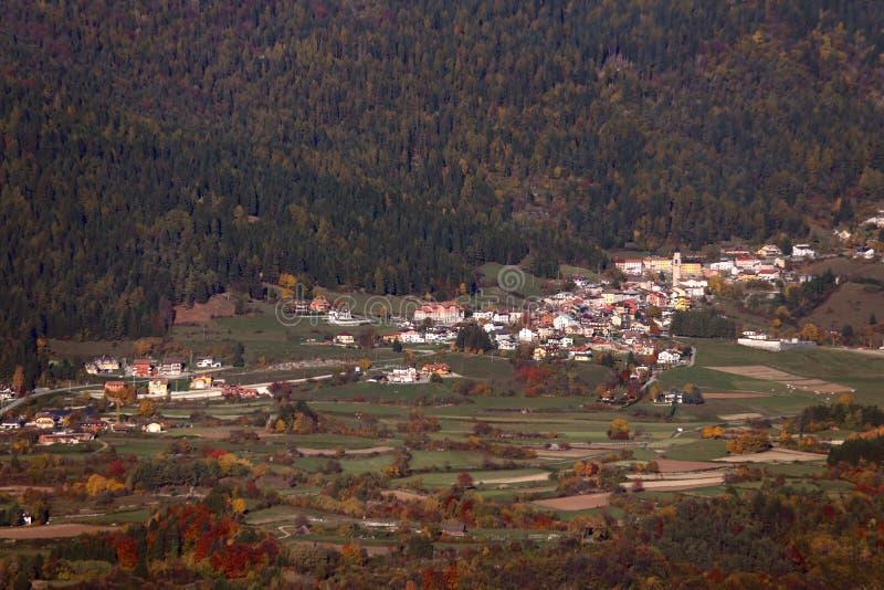 El panorama de la montaña en otoño con el pequeño pueblo llamó MEZZA SELV fotos de archivo libres de regalías