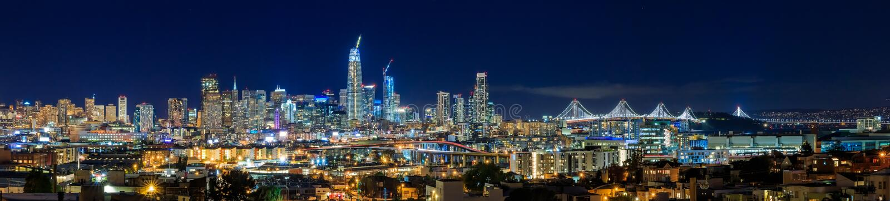 El panorama de la noche del horizonte de San Francisco con la ciudad se enciende, la bahía B fotos de archivo libres de regalías