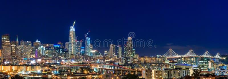El panorama de la noche del horizonte de San Francisco con la ciudad se enciende, la bahía B imagenes de archivo
