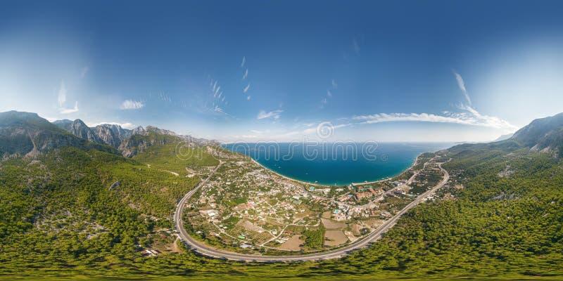 El panorama de la visión aérea del mar y la montaña ajardinan cerca del pueblo de Kemer, Turquía fotos de archivo