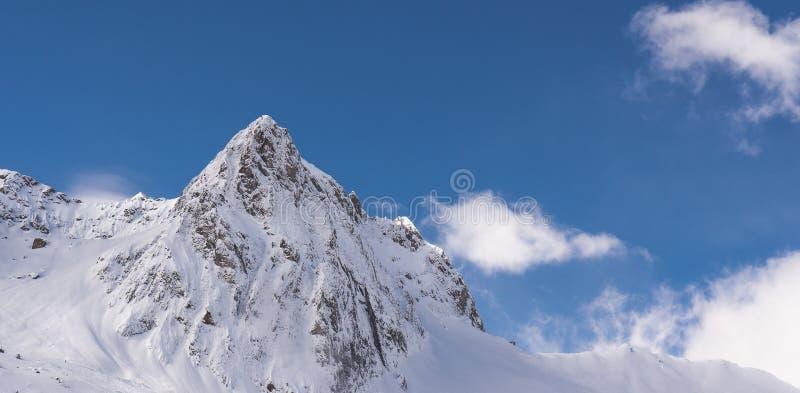 El panorama de las montañas del invierno con el esquí se inclina, Bareges, Pyrennees foto de archivo