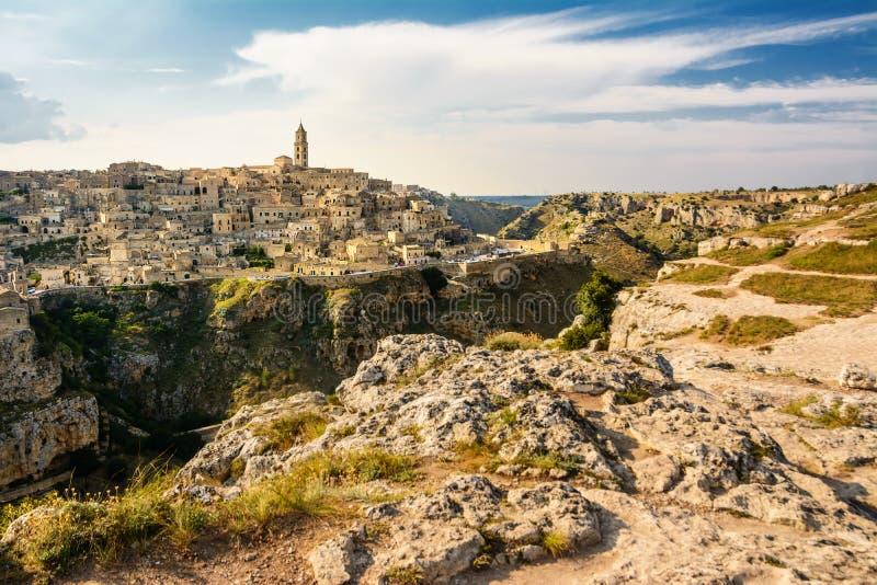 El panorama de Sassi di Matera de la colina opuesta fotos de archivo libres de regalías