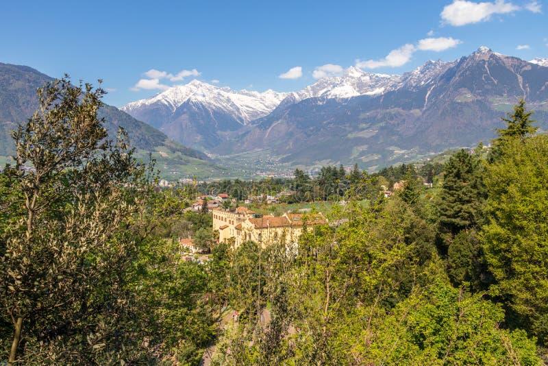 El panorama del castillo Trauttmansdorff entre las montañas verdes ajardina y jardín botánico de Meran Merano, provincia Bolzano, imágenes de archivo libres de regalías