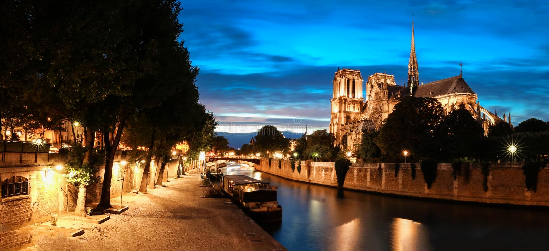 El panorama del muelle de río Sena con la catedral Notre Dame, París, Francia fotografía de archivo libre de regalías