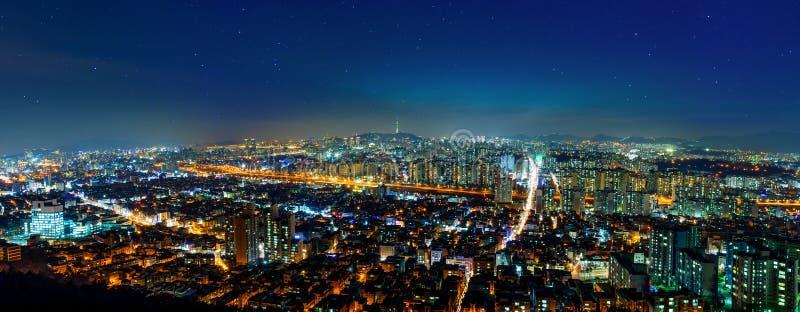 El panorama del paisaje urbano céntrico y Seul se elevan en Seul, Corea foto de archivo libre de regalías