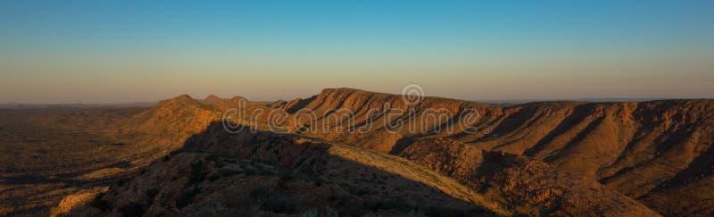 El panorama del rastro de Larapinta, MacDonnell del oeste se extiende Australia imágenes de archivo libres de regalías