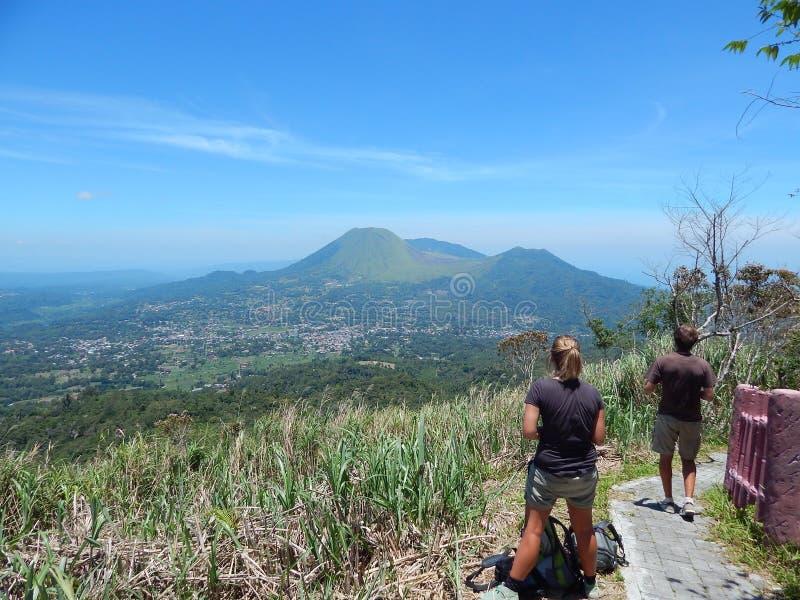El panorama del volcán de Lokon y de la ciudad de Tomohon del Mt Mahawu imagenes de archivo