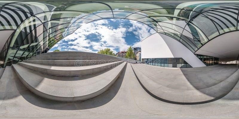 El panorama inconsútil esférico completo 360 grados pesca con caña cerca de fachada del edificio moderno torcido con imagenes de archivo