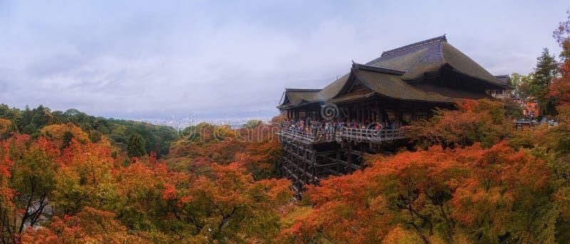 El panorama tiró del templo de Kiyomizu en la estación del otoño fotografía de archivo libre de regalías