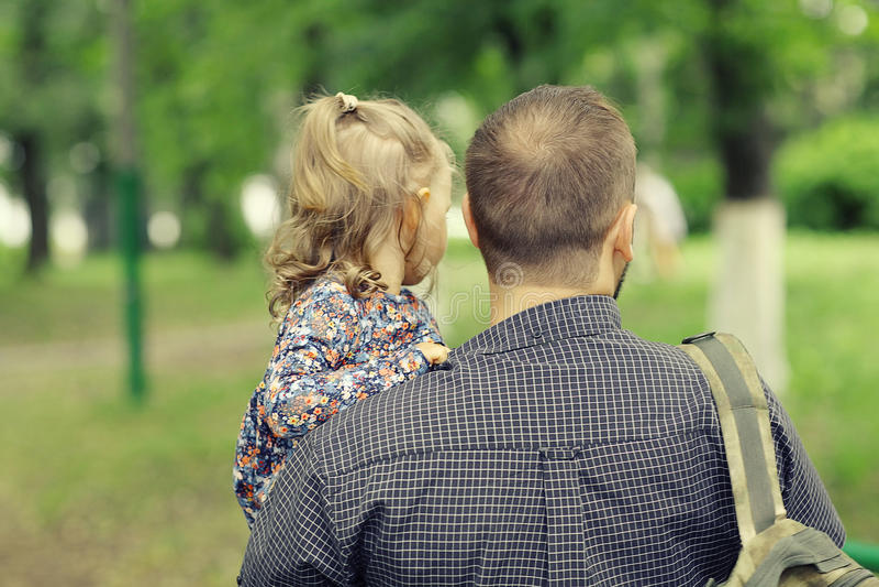 El papá camina con su hija en parque fotografía de archivo