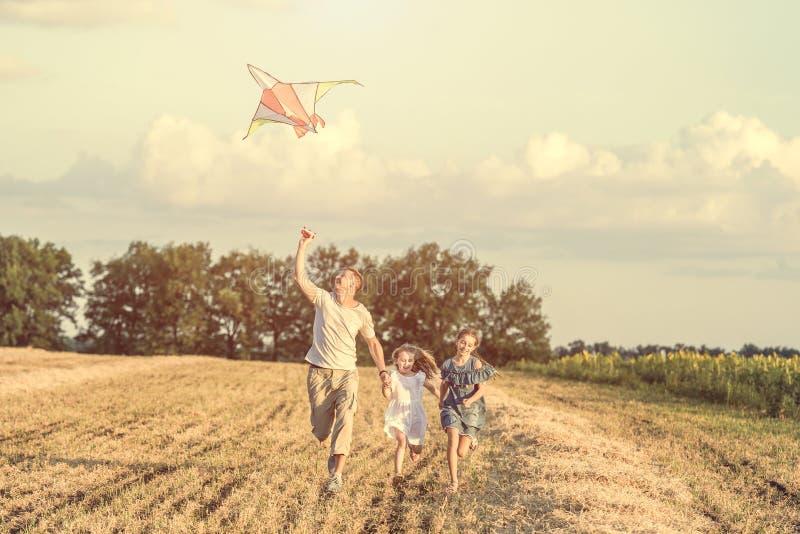El papá con sus hijas dejó una cometa imagenes de archivo