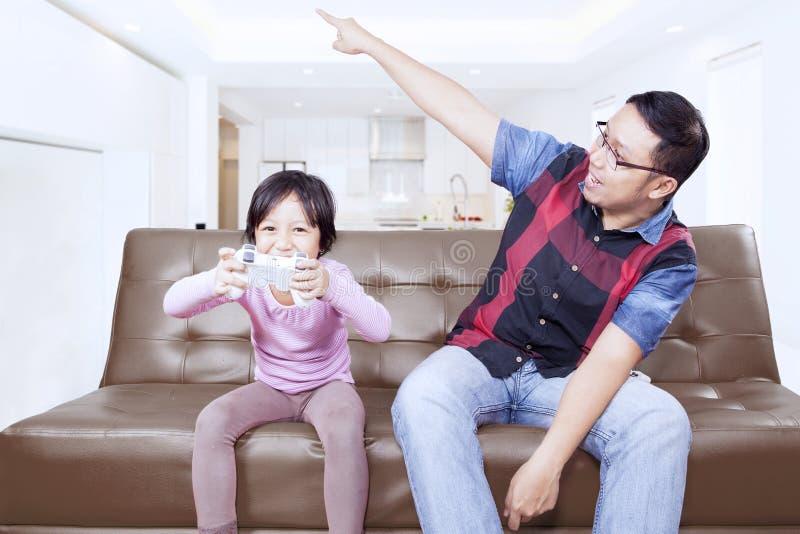 El papá da orden en su hija para parar un juego fotografía de archivo libre de regalías